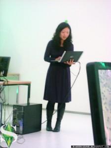 MJ Chun tijdens het presenteren van de nieuwe site
